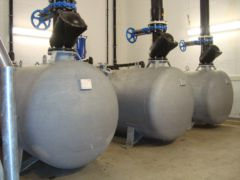 Pneumatische Abwasserförderung - Arbeitsbehälter mit Armaturen
