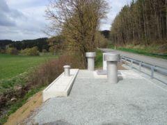 Pneumatische Abwasserförderung - Ausblasschalldämpfer und Lüftungsrohre eines Druckluftpumpwerkes in Bayern